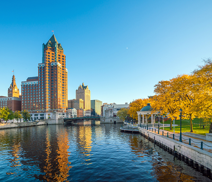 <p>Experience downtown Milwaukee's restaurants, parks and entertainment. Walk the riverwalk or see the city by boat.</p>